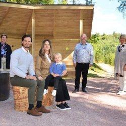 Gabriel de Suecia con sus padres y autoridades en un acto oficial en Säterdalen