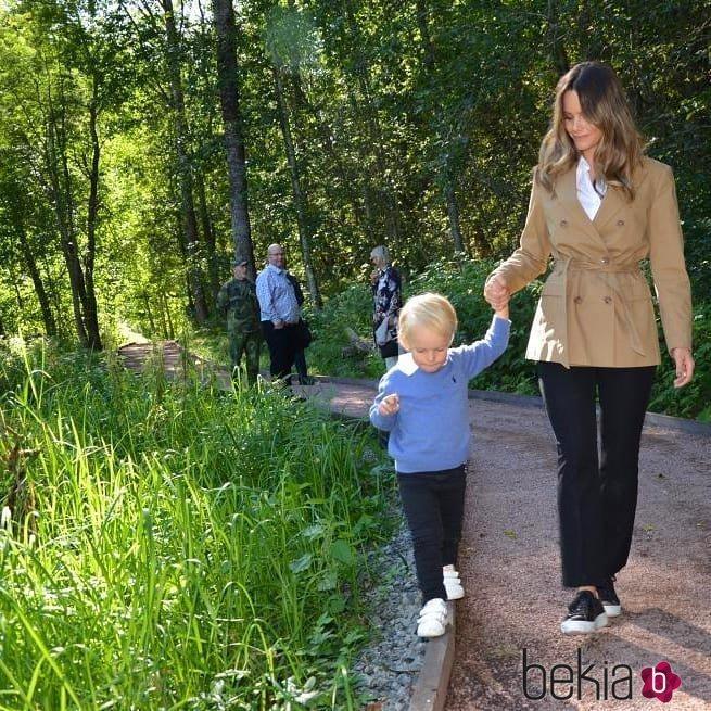 Gabriel de Suecia camina de la mano de Sofia Hellvist en su primer acto oficial
