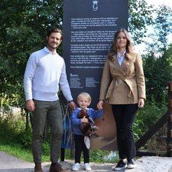 Carlos Felipe de Suecia y Sofia Hellqvist con su hijo Gabriel de Suecia en Dalarna