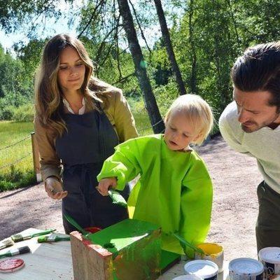 Carlos Felipe de Suecia y Sofia Hellqvist miran a su hijo Gabriel de Suecia pintando en Dalarna