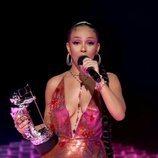Doja Cat recogiendo su premio en los MTV VMA's 2020