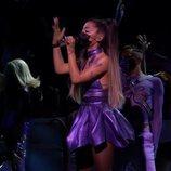 Ariana Grande durante su actuación en los MTV VMA's 2020