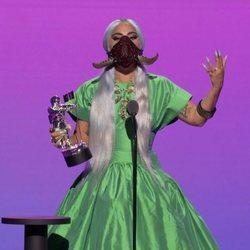 Lady Gaga recogiendo uno de los premios de los MTV VMA's 2020
