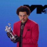The Weeknd recogiendo uno de los premios de los MTV VMA's 2020