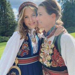 Leah Behn en su Confirmación con Marta Luisa de Noruega