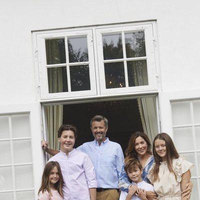 Federico y Mary de Dinamarca con sus hijos Christian, Isabel, Vicente y Josefina al final de sus vacaciones