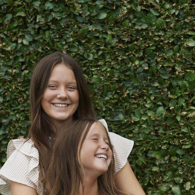 Isabel y Josefina de Dinamarca muy sonrientes
