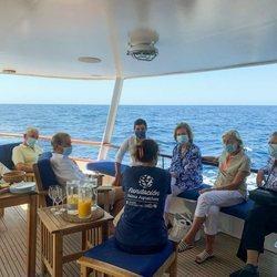 La Reina Sofía, Irene de Grecia, Tatiana Radziwill y y Jean Henri Fruchaud en la liberación de una tortuga en Mallorca