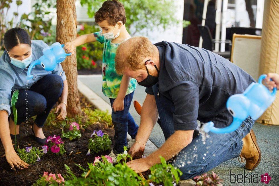 El Príncipe Harry y Meghan Markle plantando flores en Preschool Learning Center de Los Angeles