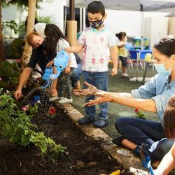 El Príncipe Harry y Meghan Markle durante la plantación de flores en Preschool Learning Center de Los Angeles