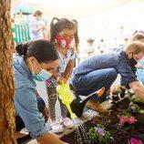 El Príncipe Harry y Meghan Markle plantando flores con unos niños en Preschool Learning Center de Los Angeles