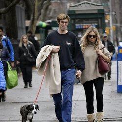 Sienna Miller y Lucas Zwirner paseando por Nueva York