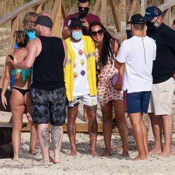 Neymar tomándose fotos con una fan sin mascarilla durante sus vacaciones en Ibiza