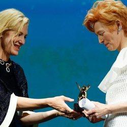 Tilda Swinton recibe el León de Oro honorífico en el Festival de Venecia 2020 de la mano de Cate Blanchett