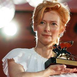 Tilda Swinton con su León de Oro honorífico en el Festival de Venecia 2020