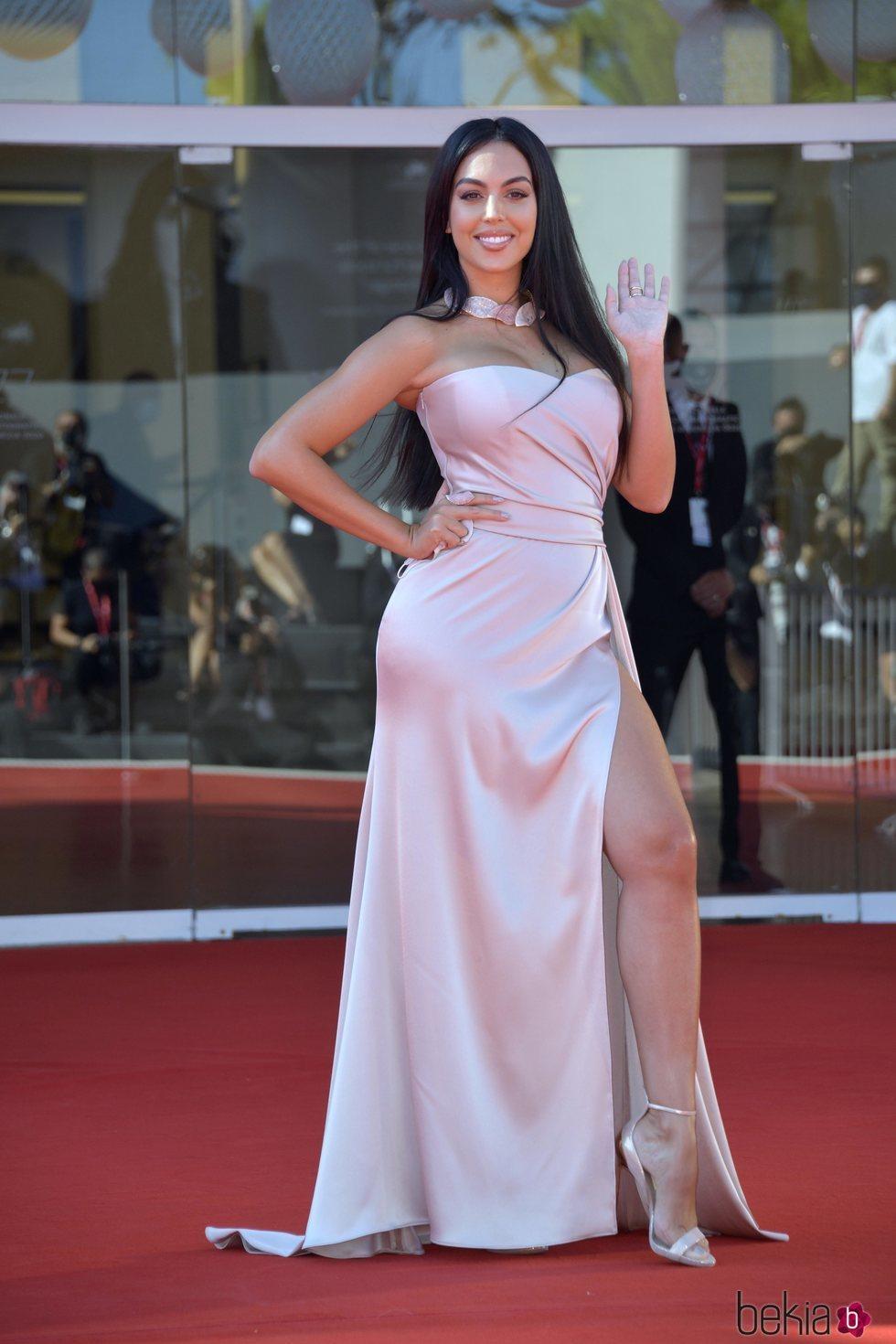 Georgina Rodríguez posa en la alfombra roja del Festival de Venecia 2020