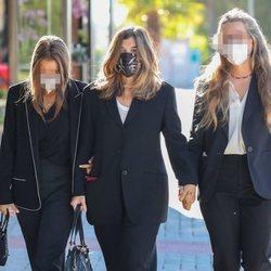 Xandra Falcó y dos de sus hijas en el funeral de Jaime Carvajal