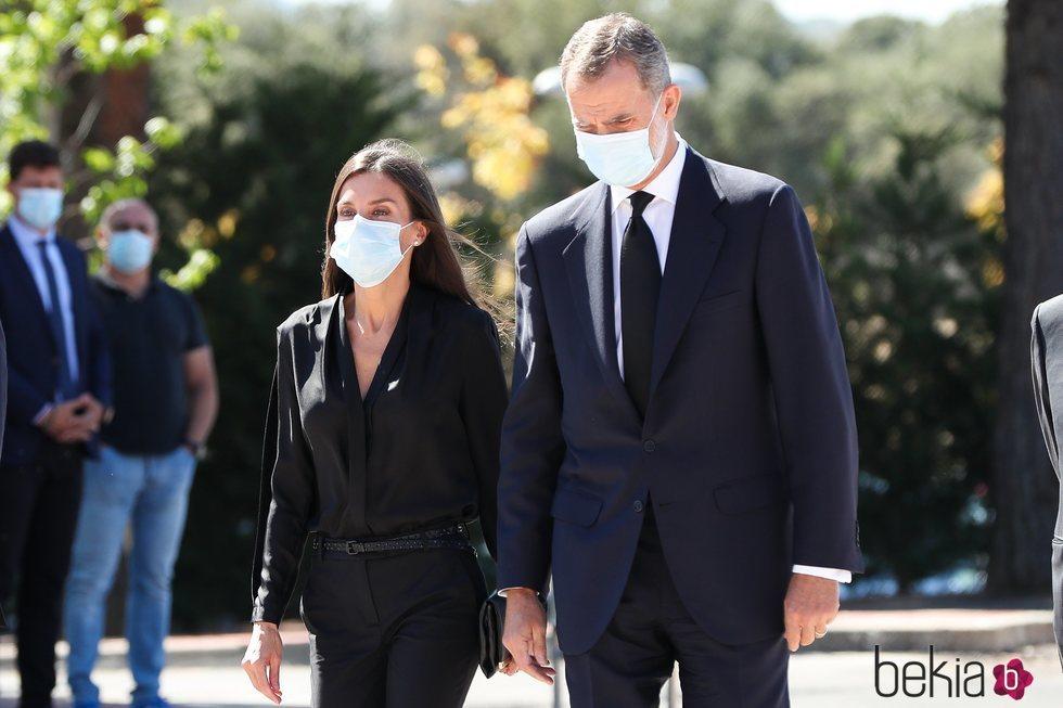 Los Reyes Felipe y Letizia llegando al funeral de Jaime Carvajal