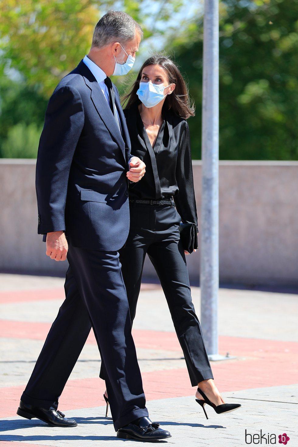 El Rey Felipe y la Reina Letizia se van del funeral de Jaime Carvajal