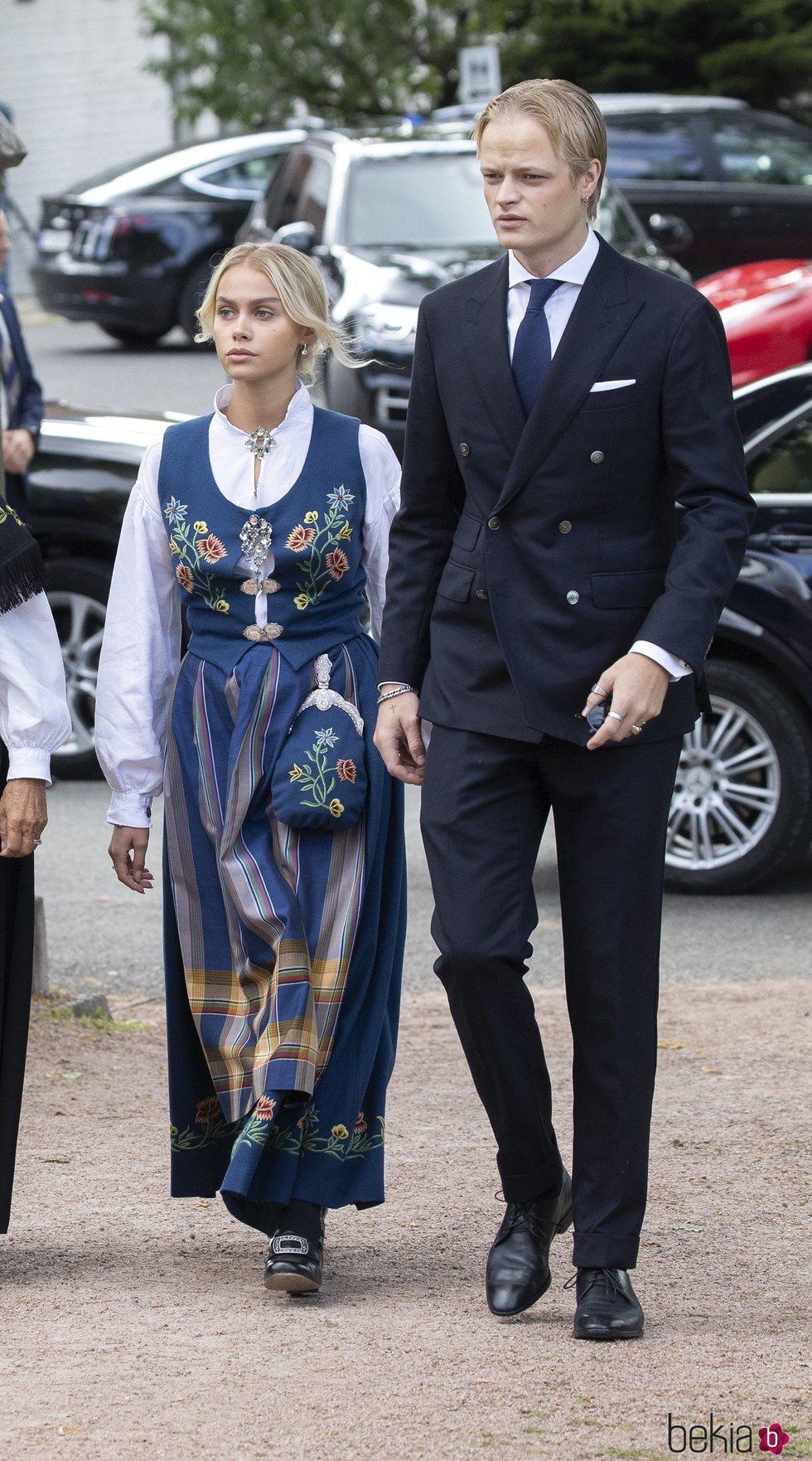 Marius Borg y Juliane Snekkestad en la Confirmación de Sverre Magnus de Noruega