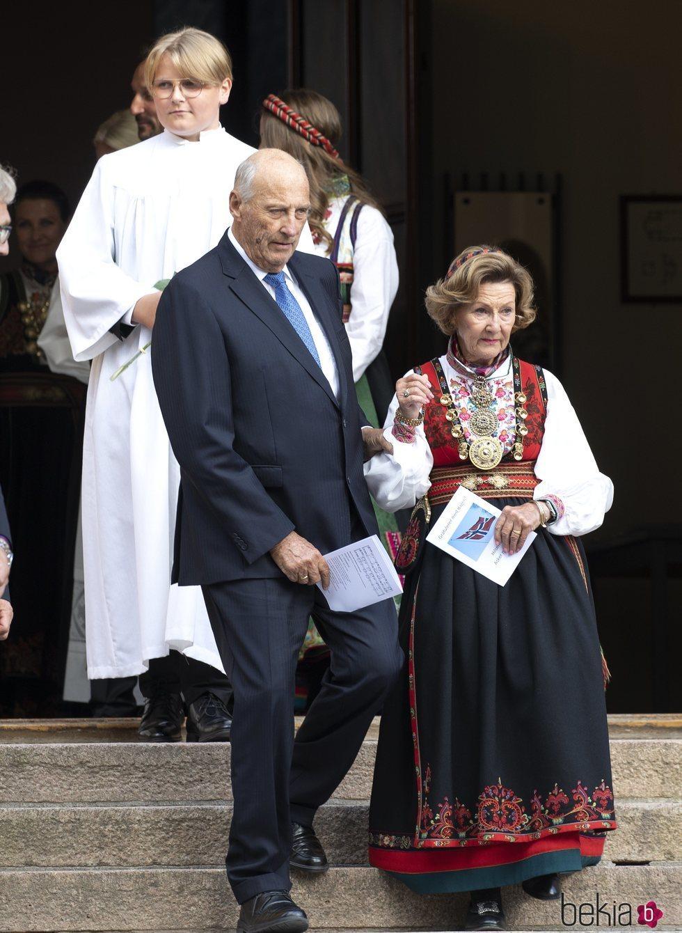 Sverre Magnus de Noruega con Harald y Sonia de Noruega en su Confirmación
