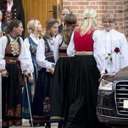Sverre Magnus de Noruega en su Confirmación con Mette-Marit de Noruega, Marta Luisa de Noruega, Leah Behn,  Marius Borg y Juliane Snekkestad