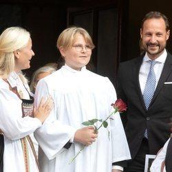 Sverre Magnus de Noruega con sus padres Haakon y Mette-Marit de Noruega en su Confirmación