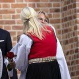Mette-Marit de Noruega abraza a Sverre Magnus de Noruega en su Confirmación