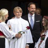 Sverre Magnus de Noruega con sus padres y su hermana en su Confirmación