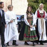 Haakon y Mette-Marit de Noruega con sus hijos Ingrid Alexandra y Sverre Magnus en la Confirmación de Sverre Magnus de Noruega