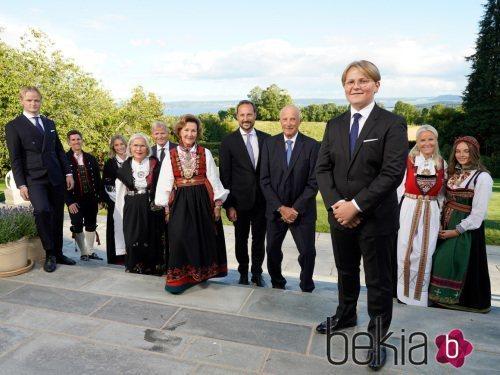 Sverre Magnus de Noruega con sus padres, hermanos y abuelos en su Confirmación