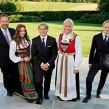 Sverre Magnus de Noruega con Haakon y Mette-Marit de Noruega, Ingrid Alexandra de Noruega y Marius Borg en su Confirmación