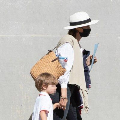 Sara Carbonero lleva de la mano a su hijo Lucas tras salir del colegio