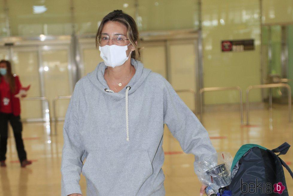 Sandra Barneda en el aeropuerto a su vuelta de las grabaciones de 'La isla de las tentaciones'