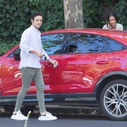 Froilán recoge una multa antes de montarse en el coche con Victoria Federica