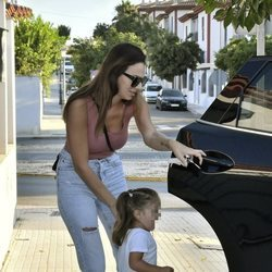 Irene Rosales llevando a su hija Carlota a la guardería tras el verano