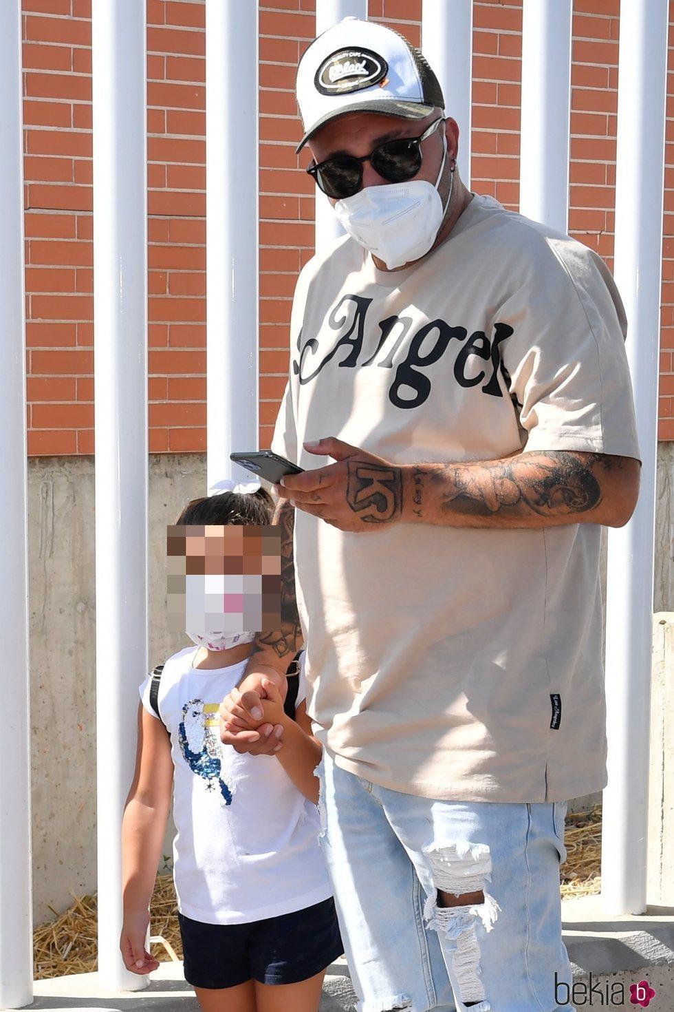 Kiko Rivera llevando a su hija Ana el primer día al colegio