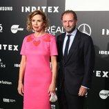 Ágatha Ruiz de la Prada posando con Luis Gasset tras su desfile de Madrid Fashion Week
