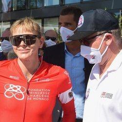 Charlene de Mónaco junto al Príncipe Alberto de Mónaco tras competir en el evento The Crossing