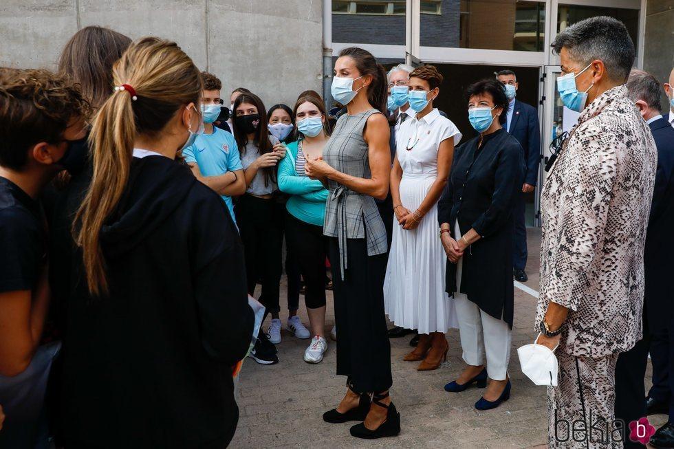 La Reina Letizia con mascarilla quirúrgica en el instituto EGA de Navarra