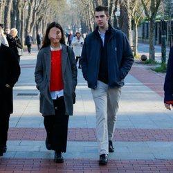 Irene Urdangarin, Juan Urdangarin y Miguel Urdangarin paseando por Vitoria