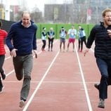 El Príncipe Guillermo, Kate Middleton y el Príncipe Harry echando una carrera