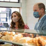 El Príncipe Guillermo y Kate Middleton en una panadería de Londres