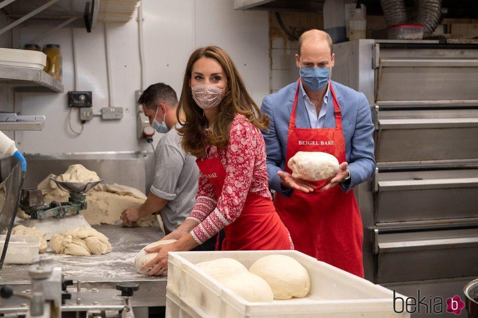 El Príncipe Guillermo y Kate Middleton, con las manos en la masa en una panadería de Londres