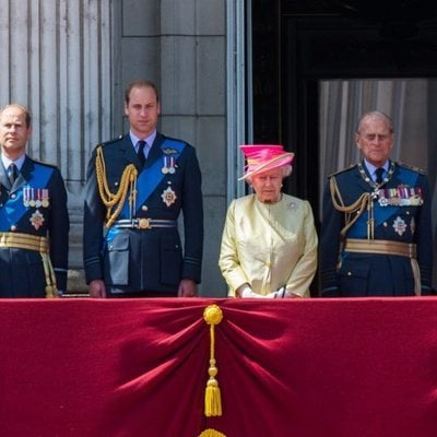 La Reina Isabel, el Duque de Edimburgo, el Príncipe Guillermo, el Príncipe Andrés, el Príncipe Eduardo y Sophie Rhys-Jones