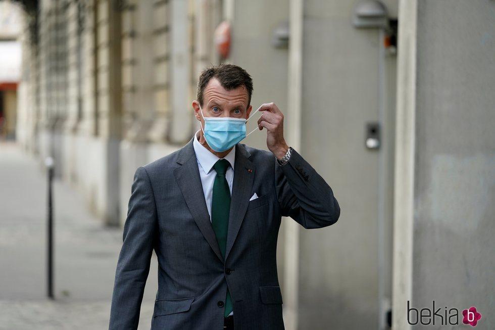 Joaquín de Dinamarca con mascarilla en su primer día de trabajo en la embajada danesa en París