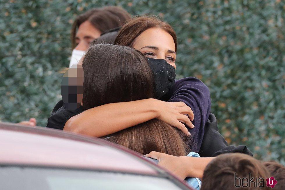 Paula Echevarría abrazando a su hija Daniella en la puerta del colegio