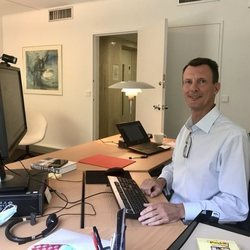 Joaquín de Dinamarca en su despacho en la embajada danesa en París