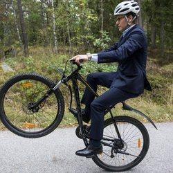 Daniel de Suecia hace piruetas con la bici en una escuela en Suecia
