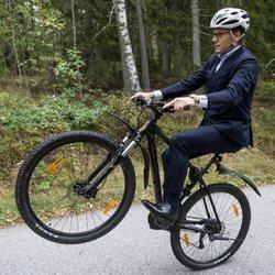 Daniel de Suecia haciendo el caballito con la bici en una escuela sueca